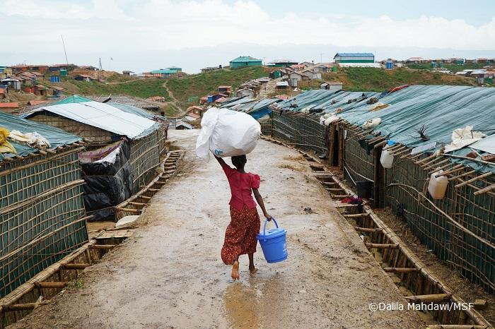 多くのロヒンギャが暮らす難民キャンプで水を運ぶ少女