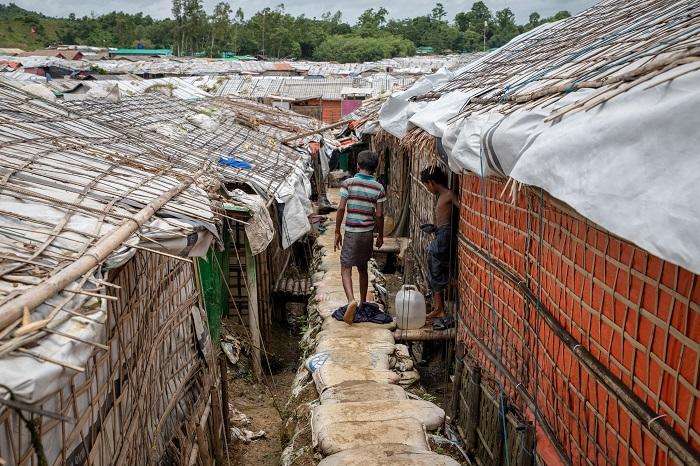 竹とビニールシートで出来た仮設の家が並ぶ難民キャンプ © Daphne Tolis/MSF