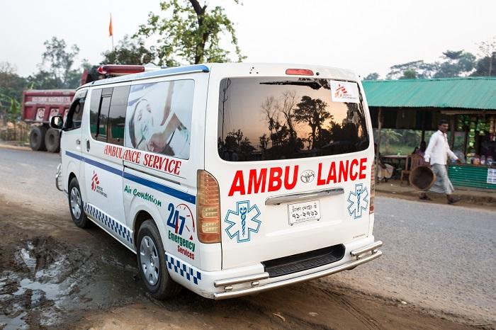 患者の搬送時に活躍するMSFの救急車両。だが、難民の移動制限のために止められることもしばしばある © Patrick Rohr
