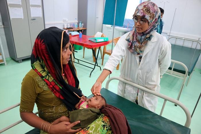 難民キャンプ内のMSFの病院で治療を受けるロヒンギャ難民(左) © Dean Irvine/MSF