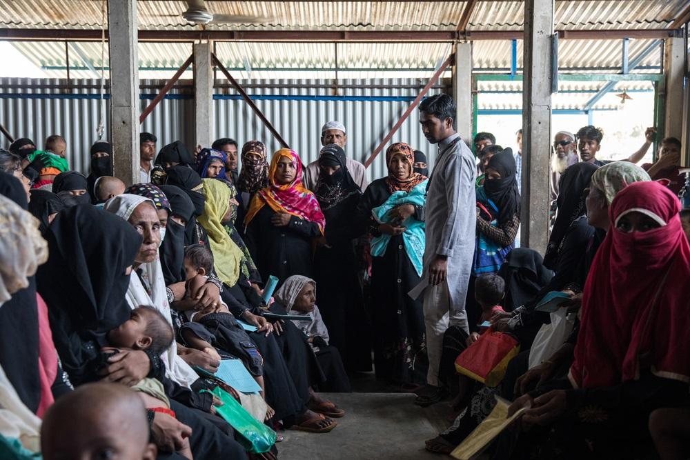早朝からキャンプ内のMSFクリニックで診察を待つロヒンギャの人びと。© Patrick Rohr