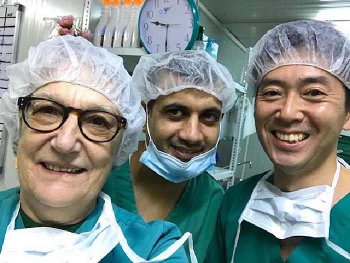 同僚らとイラクのマストで働く村上大樹医師(右) © MSF