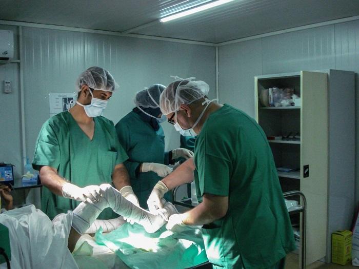 MSFの医師らがやけどの子どもを、コンテナ病院内の手術室で手術する様子(2017年撮影) © Brigitte Breuillac/MSF