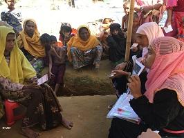 ロヒンギャの女性たちに性暴力について説明する